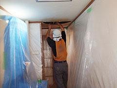 天井の解体をしている写真